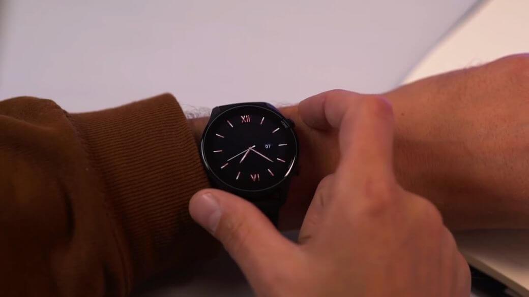 на запястье руки Xiaomi Mi Watch Global Глобальная версия 2021
